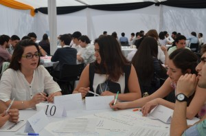 Estudiantes de ingeniería durante las mesas de conversación.