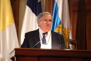 Profesor Bonifacio Fernández habla en discurso inaugural del congreso.