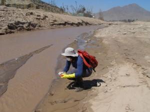 El estudio del Centro de Desarrollo Urbano Sustentable (CEDEUS) examina los lodos en zonas afectadas por el aluvión en Copiapó y Chañaral.