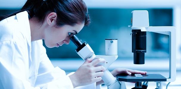 Niña en laboratorio (shutterstock)