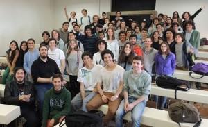 """Alumnos del curso """"Introducción a la Programación"""" reunidos en fotografía grupal."""
