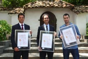"""De izquierda a derecha: Pedro Bouchon, director académico de """"Ingeniería 2030"""" quien obtuvo el tercer lugar en la premiación; Juan Carlos de la Llera, decano de la Escuela de Ingeniería, quien recibió el primer lugar; y Diego Philippi, miembro del directorio de fiiS, a quien se le otorgó el segundo lugar."""