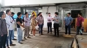 Profesores muestran a los jóvenes extranjeros las dependencias de la Escuela de Ingeniería UC.