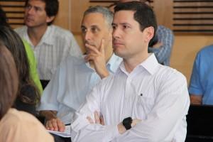 Profesor Claudio Gelmi, director de Educación en Ingeniería, escuchando a