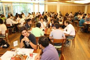 Mentores junto a los estudiantes del programa Talento e Inclusión compartiendo en almuerzo en el Faculty Club del Complejo Andrónico Luksic Abaroa.