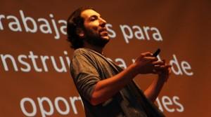 Daniel Assael, contando a los más de 500 alumnos detalles de su historia profesional.