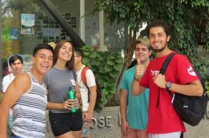 Alumnos tutores y novatos en el patio de Ingeniería UC.