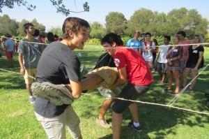 Novatos y tutores en actividades recreativas en  el área de Deportes UC.