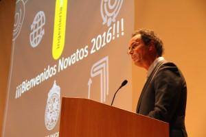 Decano Juan Carlos de la Llera, dando discurso inicial de la ceremonia.