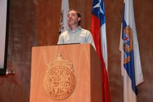 Mauricio López dictando charla introductoria del primer año en universitario la Escuela.