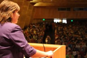 Loreto Segel, invitada de honor, frente a los más de 700 alumnos novatos.