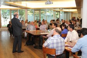 Roberto Méndez explicando los resultados de la Encuesta Bicentenario UC-Gfk Adimark.