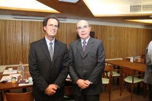 Juan Carlos de la Llera, decano de la Facultad de Ingeniería UC junto a Roberto Méndez.