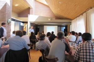 Pablo Irarrázaval, director del IIBM, explicando a los profesores las actividades de la jornada.