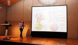 Loreto Parra, académica del departamento de Ingeniería Química y Bioprocesos UC, exponiendo en la conferencia.