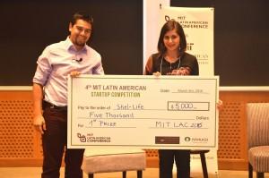 Francisco Palma recibiendo primer lugar de la MIT Sloan Latin American Startup Competition.