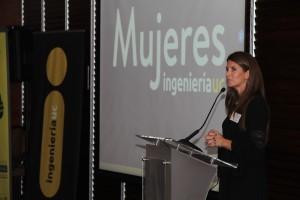 Soledad Ferrer, a cargo del programa Mujeres Ingeniería UC, hablando a las asistentes en el evento.