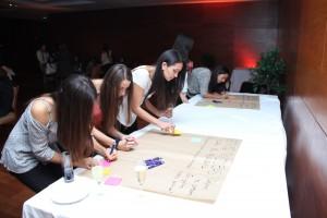 Alumnas e ingenieras UC escribiendo ideas para fortalecer el proyecto de Mujeres Ingeniería UC.