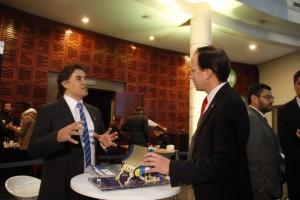 En representación de la Escuela de Ingeniería estuvo presente el vicedecano Juan Carlos Ferrer. En la foto, visitando la muestra de inventores nacionales en el hall de INAPI.
