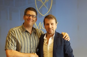 Peter Roberts y Michael Leatherbee (de izquierda a derecha en la foto) fueron los representantes de ambas unidades quienes firmaron el acuerdo