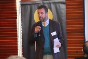 Juan Carlos Muñoz dando inicio a la discusión.