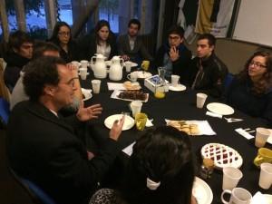 El decano Juan Carlos de la Llera (en la foto) conversando junto a representantes del CAi UC 2016.