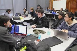 """Miembros del equipo de """"Gift3er"""" desarrollando su aplicación en la Maratón Big Data."""