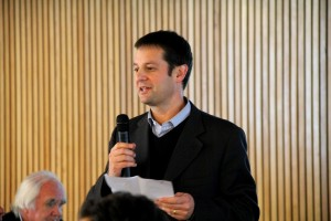 Pedro Bouchon (en la foto), vicedecano de Ingeniería UC, iniciando la reunión.
