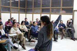 En la foto, la profesora Constanza Miranda dictando el taller.