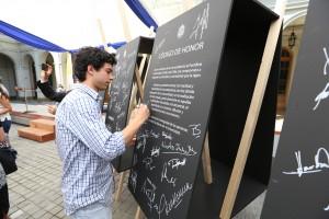 En el evento, representantes de los diversos estamentos de la universidad firmaron de manera simbólica pizarras que destacaban el Código y sus ejes centrales.