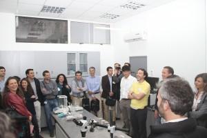 Mauricio López (en la foto) dirigiendo tour a los laboratorios del departamento de Ingeniería y Gestión de la Construcción.