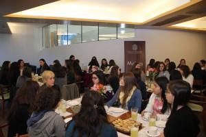 Cerca de XX alumnas participaron en desayuno para conectarse con ingenieras en la industria, el emprendimiento y el gobierno.