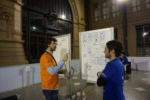 Thomas Hepner (a la derecha en la foto) recibiendo feedback del staff organizador del evento.