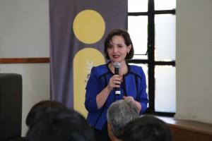 """La directora ejecutiva de Ingeniería UC, Ana María Bravo, dando la bienvenida al inicio de la charla """"Fuerza del Milenio""""."""