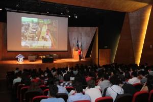 Claudia Bustos de Minvu exponiendo en el auditorio del Complejo Andrónico Luksic Abaroa en el Campus San Joaquín UC el 4 de noviembre.