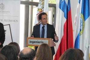 El decano Juan Carlos de la Llera felicitando a la nueva directiva 2016.