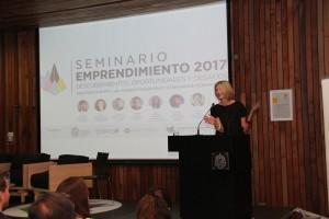 """Claudia Bobadilla, dando inicio al """"Seminario de emprendimiento 2017: Descubrimientos, oportunidades y desafíos""""."""