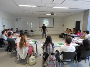 Rodrigo Abarzúa, ingeniero UC y cofundador de la fundación Fútbol Más, en una de las charlas del curso.