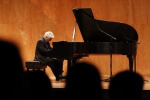 El destacado pianista nacional Roberto Bravo también ha sido uno de los artistas que han presentado en el auditorio Luksic.