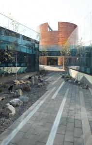 Vista exterior del Complejo Andrónico Luksic Abaroa donde está emplazado el auditorio.