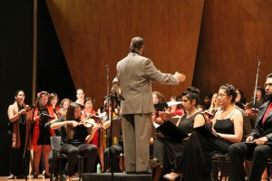 El maestro e ingeniero UC Eduardo Jahnke en la dirección de Gloria de Vivaldi.