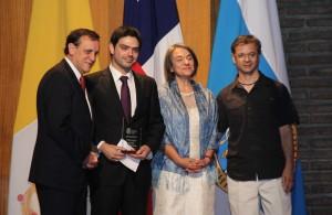 El académico de Ingeniería UC recibiendo el Premio a la Excelencia de Tesis Doctoral en el área