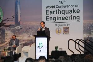 Decano Juan Carlos de la Llera exponiendo en sesión dedicada a métodos de análisis y procedimientos de diseño en sistemas pasivos de control en la conferencia mundial.