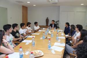 Estudiantes de ingeniería UC reunidos junto al vicedecano Pedro Bouchon.