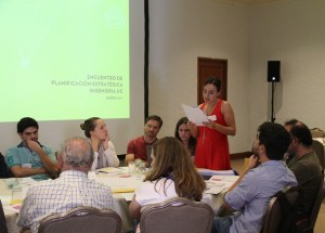 os participantes, organizados en grupos, abordaron nueve dimensiones de trabajo, correspondientes a los lineamientos estratégicos de la Universidad.