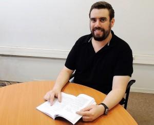 """El profesor Jorge Muñoz leyendo el texto de su autoriía """"Conformance Checking and Diagnosis in Process Mining""""."""