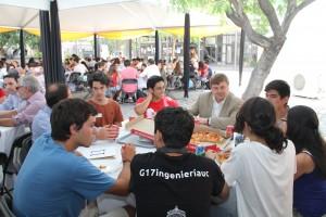 Alumnos novatos resolvieron dudas con académicos y Tutores en un almuerzo en el patio de Ingeniería UC.