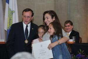 La esposa e hijas del profesor Pablo Pastén recibieron el reconocimiento por parte del rector Ignacio Sánchez.
