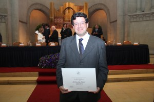 En la foto, Esteban Sáez con el diploma de reconocimiento en la categoría general.
