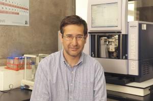 El profesor de la Escuela Pablo Pastén, se adjudicó los fondos para llevar a cabo una investigación sobre cómo perjudica la salud de los más pobres el polvo de metales en ciudades mineras de Chile.
